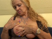 70 jährige Oma zeigt euch ihre dicken Titten