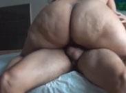 Ein riesiger fetter Arsch reitet seinen Schwanz