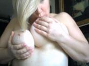 Fettes Mädel zeigt ihre dicken natur Titten vor der Webcam