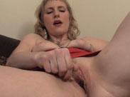 Mutter masturbiert und Ehemann filmt sie