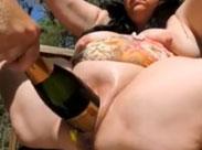 Dicke Flasche in einer dicken Fotze