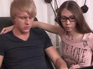 Mann bietet seine Freundin für Sex Spiele an