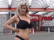 Deutsche Frau nackt vorm Supermarkt